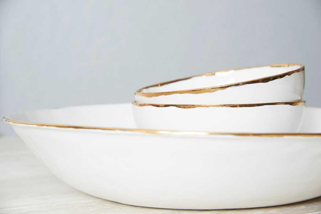Gold collection ceramics by Vajillas del Ultrmar